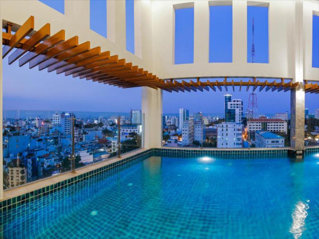 Bể bơi tại mường thanh luxury sài gòn